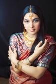 Schönheit süße echte indische Mädchen in Sari lächelnd fröhlich, Schmuck glänzend, Lifestyle-Menschen Konzept