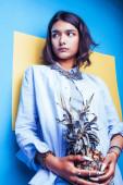 Lifestyle People Konzept. junge hübsche lächelnde indische Mädchen mit langen Nägeln tragen viele Schmuckringe mit Ananas, asiatische Sommer glücklich cool