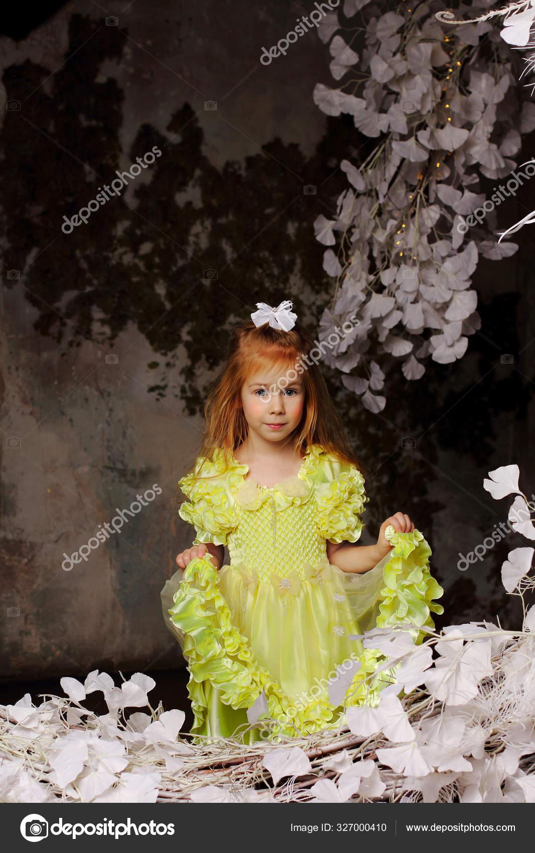 Очаровательная Голдилок Ангельским Лицом Желтом Платье ...