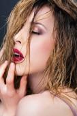 Detail mladé ženy v profilu, mokré vlasy