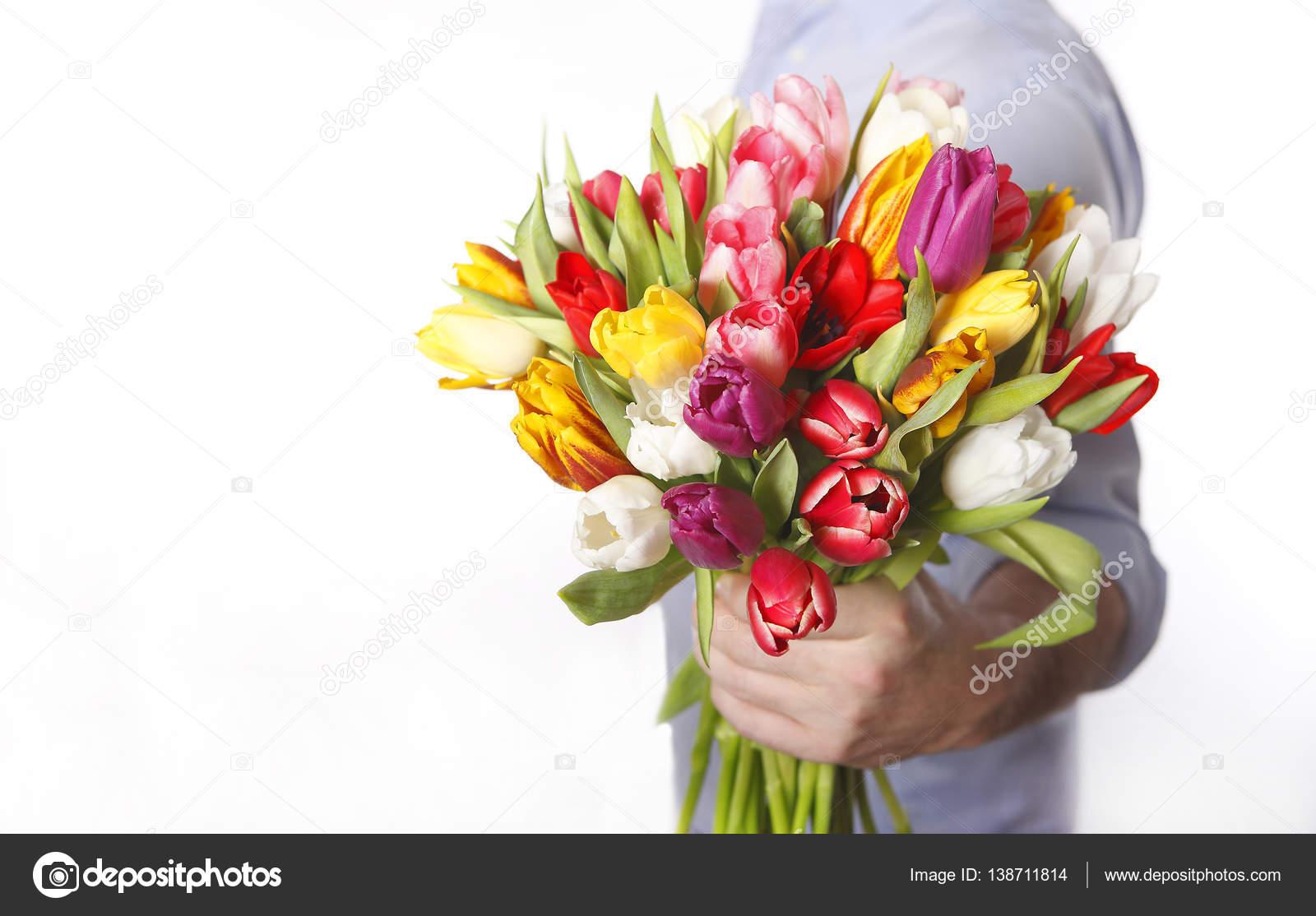 Рука мужчины с цветком и женская рука 51
