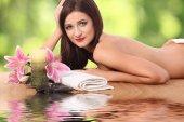 krásná žena dostává masáže ve wellness salonu