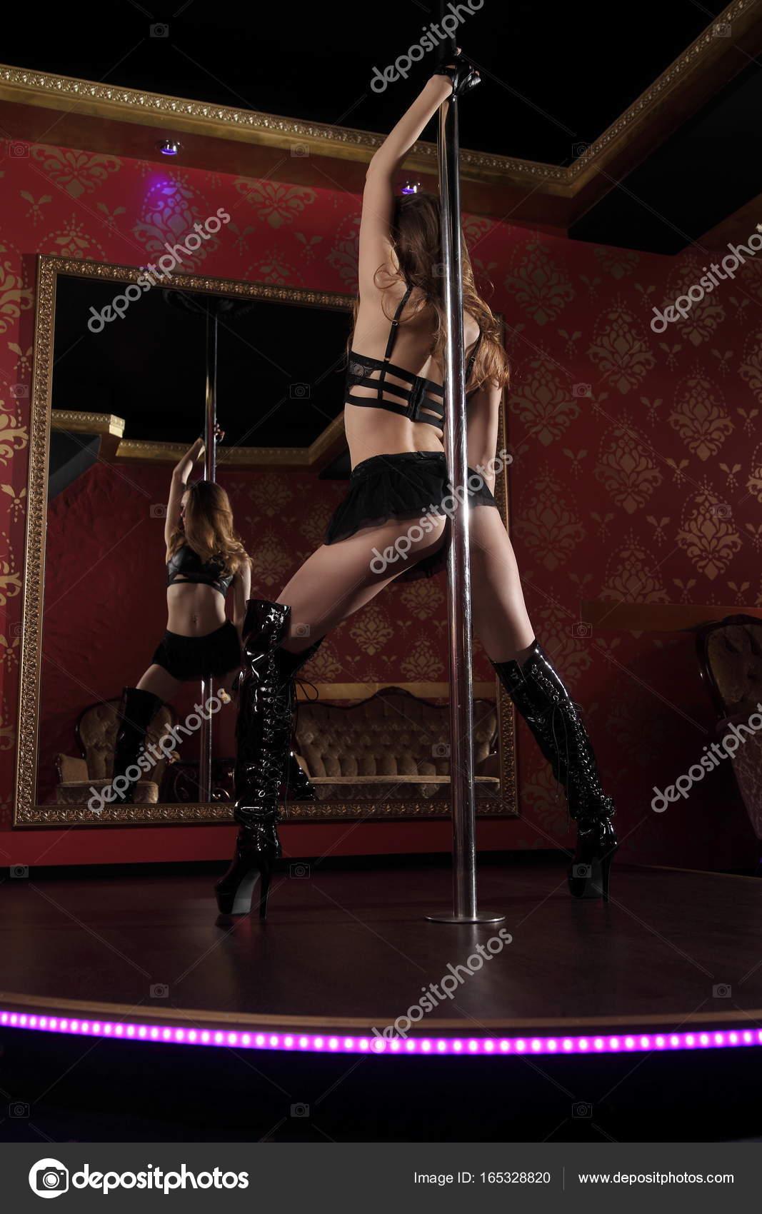 Baila Con Lenceria Porno chica joven bailando en un strip club — foto de stock