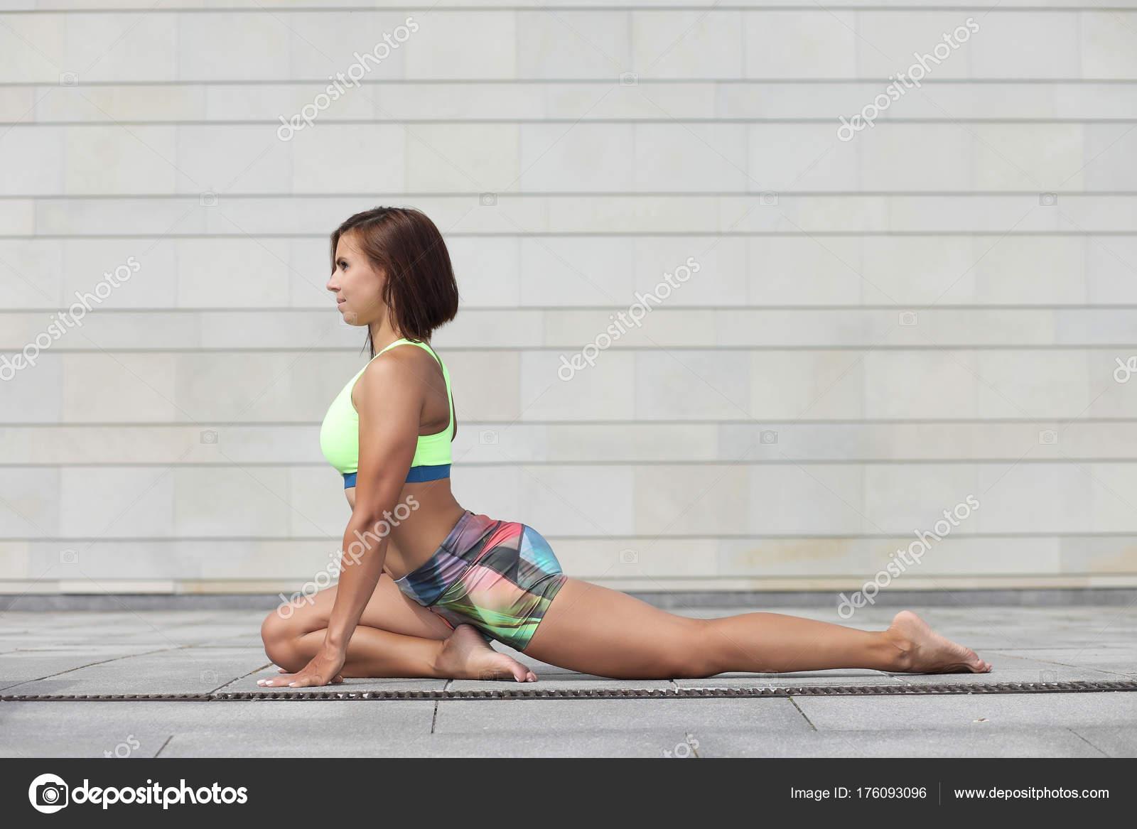 Belle jeune femme sportive pratiquant l yoga et plastique– images de stock  libres de droits a98faddb35b