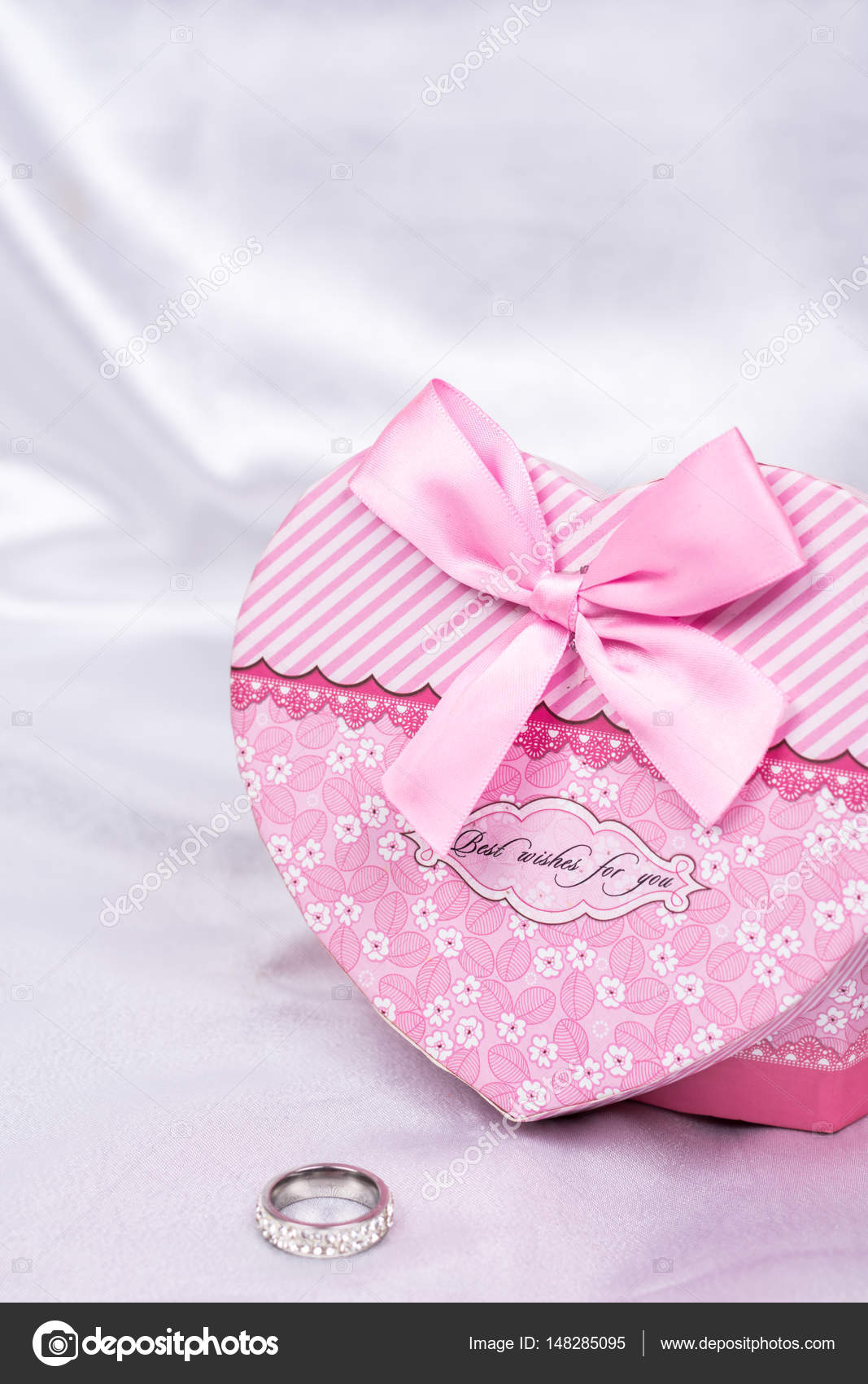 Heart shaped gift box with wedding ring over white satin — Stock ...