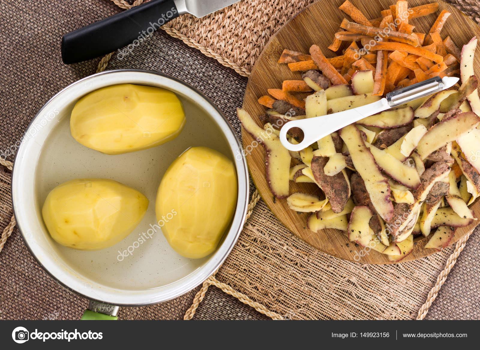 skalad potatis i vatten