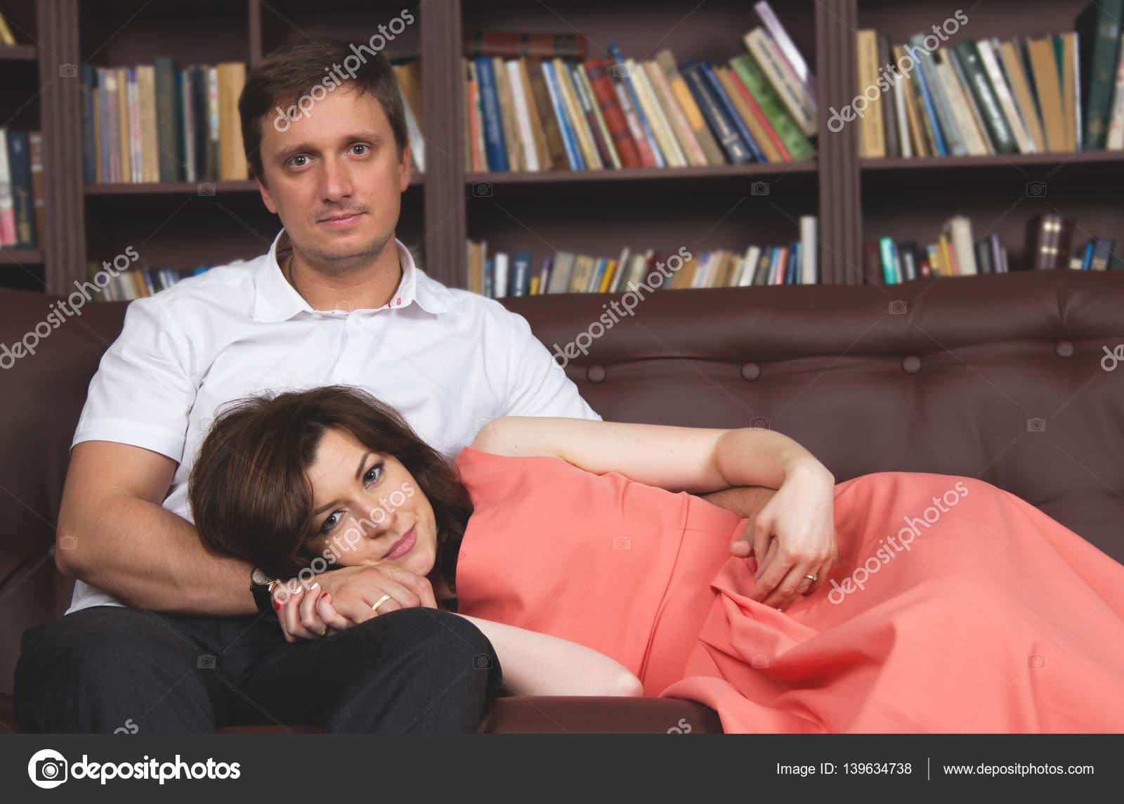 Фото голых молодая русская пара на диване порно