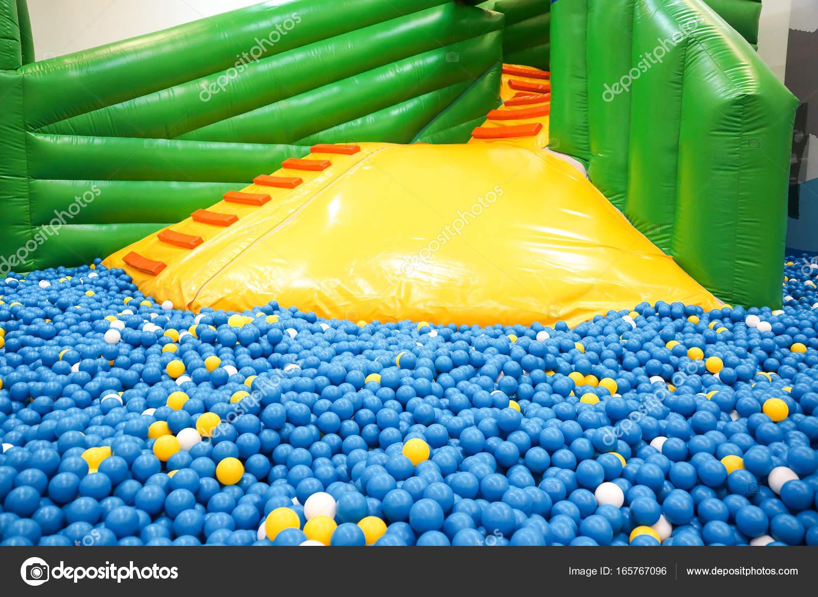 Piscina de bolas para ni os foto de stock weerapat 165767096 - Piscina de bolas para bebes ...