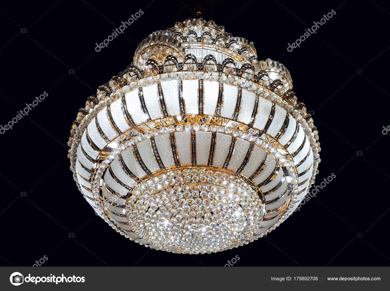 Kerzenlampen Für Kronleuchter ~ Kronleuchter der decke aufgehängt u stockfoto weerapat