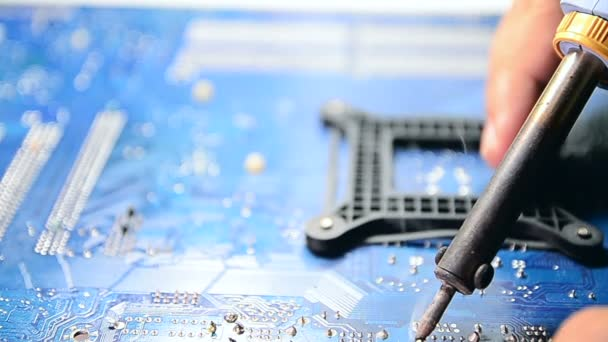 Detailní záběr ruky člověka pájení počítač mainboard