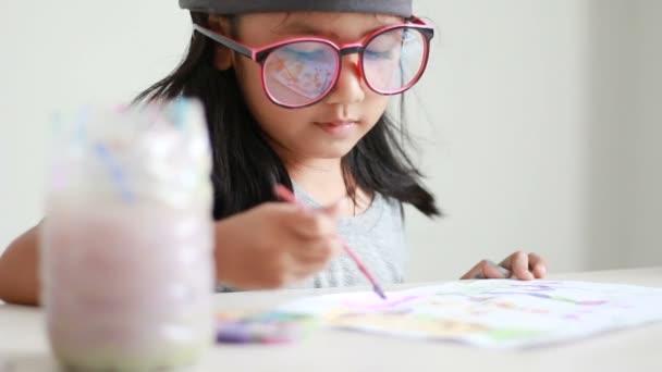 Zár megjelöl szemcsésedik ázsiai kislány rajzolás és festés művészeti oktatási koncepció