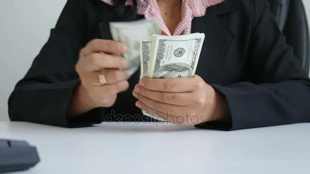 Zblízka střílel ruce ženy počítání dolar bill bankovka