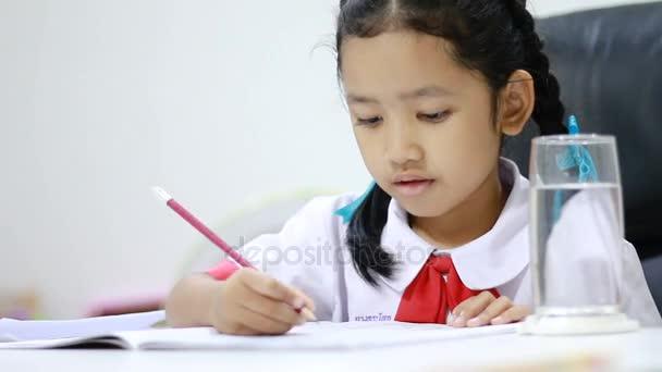 Ázsiai kislány Thai óvoda diák egységes otthoni munka zár-megjelöl szemcsésedik