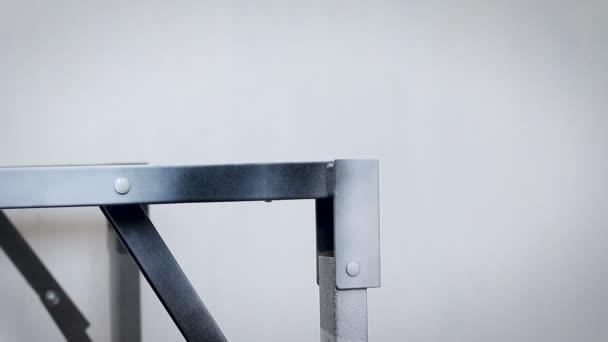 Gros Plan Les Mains Du Technicien En Peinture à T Lu0027inox Noir Avec Couleur  De Pulvérisation Avec Ambiance Sonore Faible Profondeur De Champu2013 Séquence  Vidéo