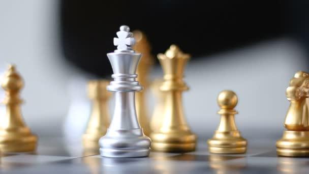 Közelről lövés keze üzletasszony mozgó arany király sakk megölni ezüst király sakk-a sakk társasjáték üzleti kihívás metafora és üzleti verseny fogalma sekély mélység-ból mező