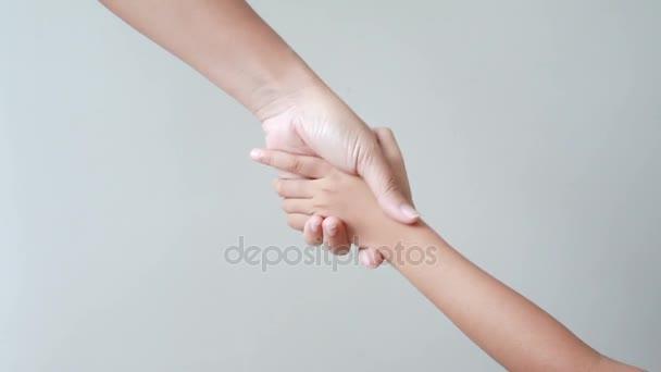 Familienkoordination übergibt Mutter Vater Tochter und Großmutter Metapher und Konzept für harmonische und Teamarbeit