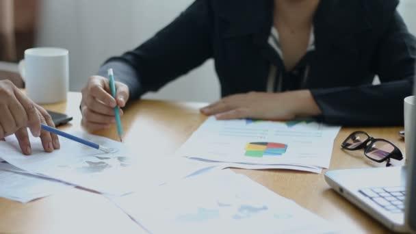 Üzleti férfi és nő találkozó és consult üzleti és marketing tervet infographic grafikon bár pi dokumentum a fából készült asztal