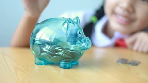 Kleine Asiatin Kindergarten Einheitliche Geld Münze Sparschwein ...