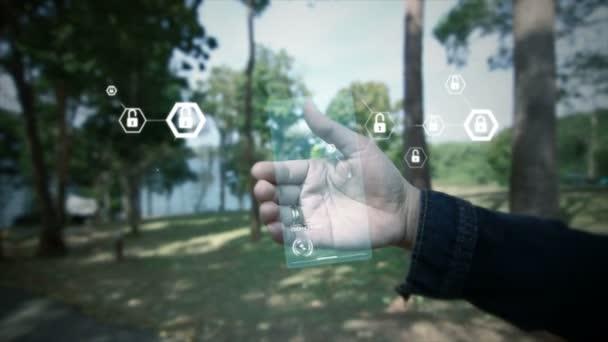 Ruka ženy držící jasné hologram s uživatelského rozhraní a šestiúhelník tvar ikonu zámku pro sítě bezpečnostní visací zámek cyber futuristické technologie koncept