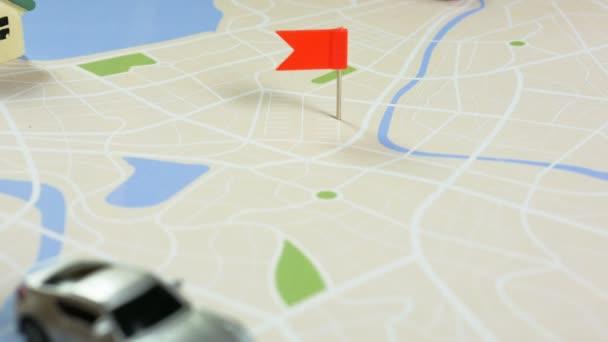 Zavřete zastřelených ruku žena přídavný barevný špendlík na mapu metafora plánování pro dopravu a cestování