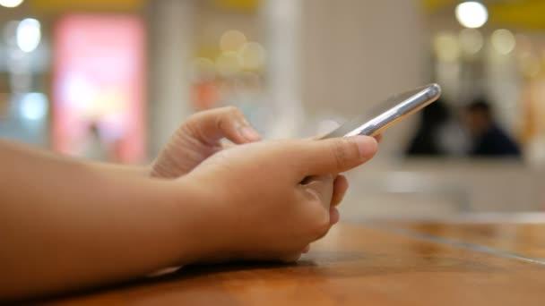 Ruka ženy využívají mobilní smartphone pro aplikaci a bezdrátové zařízení, koncepce, výběr zaměření hloubkou ostrosti