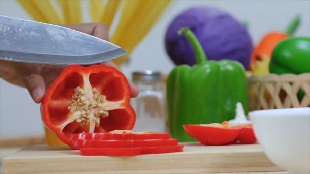 Zblízka zastřelen rukou ženy pomocí kuchyňské nožem krájet a nakrájíme papriky zeleninové Příprava na vaření jídlo