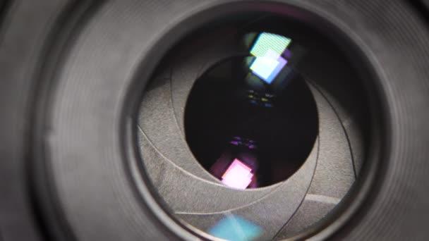 A rögzített lencse nyílás- és zárórekeszének rekeszpengéi közelkép-felvétel fényképezőgép-állító beállítása