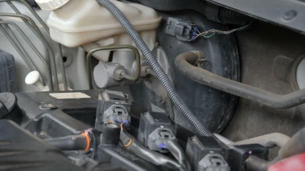 Zavřít záběr mechanik ruce odstraňují auto svíčka zásuvka