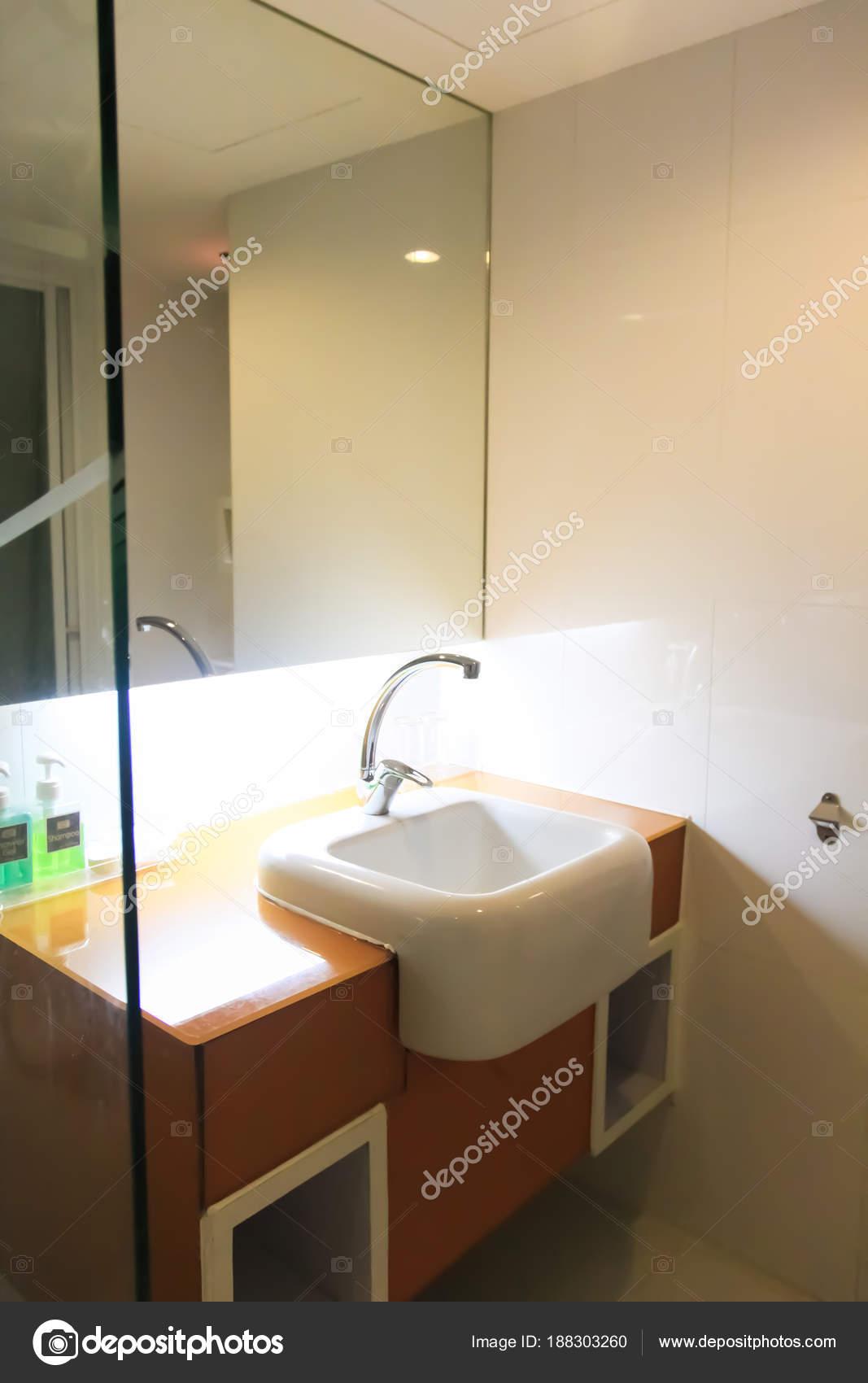 Limpieza edificio moderno decorar cuarto de baño blanco ...