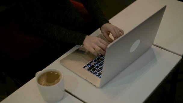 Dámské ruce psaní na klávesnici počítače Hd