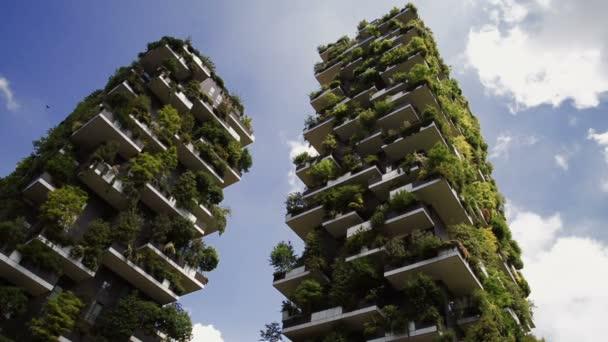 Moderní ekologické budovy a rychlé mraky na jaře s růžové třešně