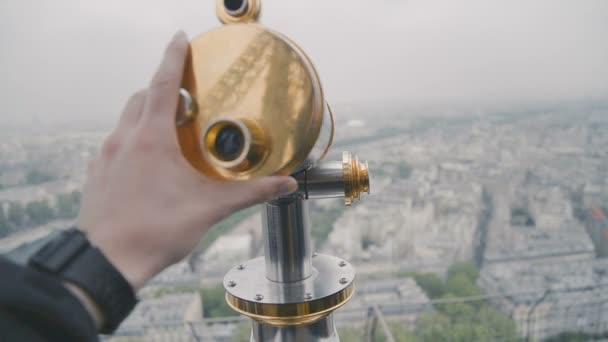 Okružní dalekohled na Eiffel Tower, Paříž, Francie. Pohled na Paříž z horního balkonu na jaře březnový den