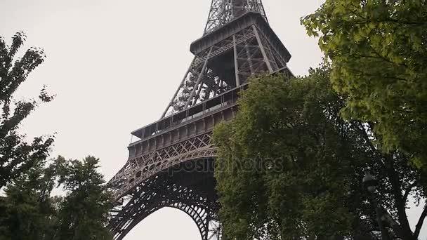 Eiffel Tower, Paříž, Francie, Evropa. Pohled na slavné cestování a cestovní ruch ikony ve dne v létě jara s modrou oblohou