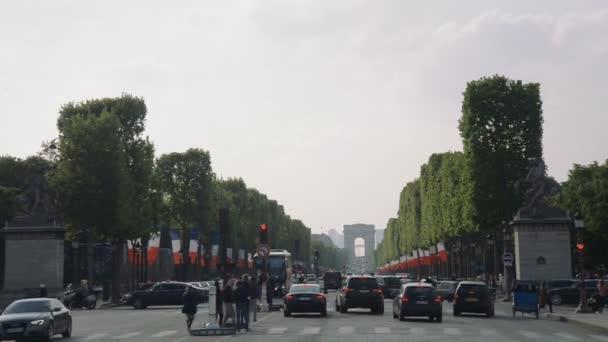 Paříž - Mai 2017: Shlížel na rušné Champs Elysees k Arc de Triomphe