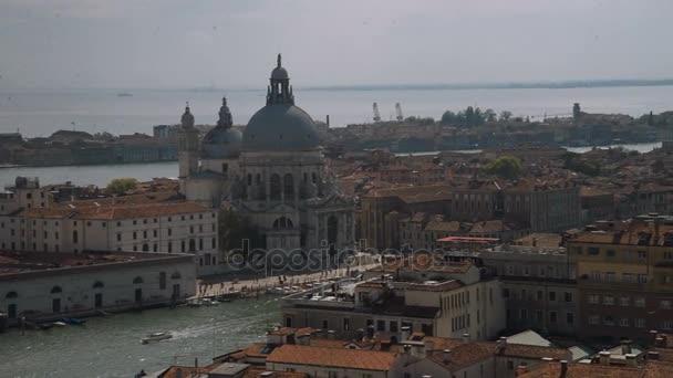 Basilica di Santa Maria della Salute su Isola di Dorsoduro, Venezia, Italia, shipsand barche passando