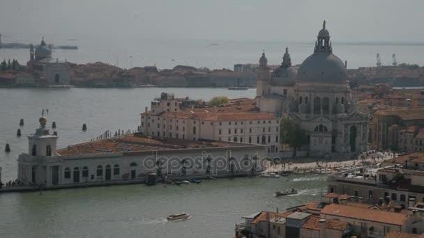 Basilica di Santa Maria della Salute a sziget Dorsoduro, Velence, Olaszország, shipsand hajók haladnak