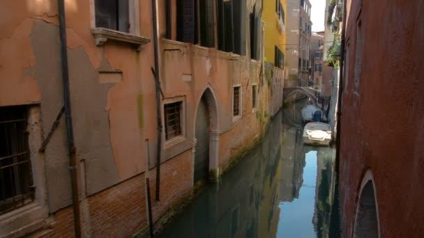Romantikus tour gondola, evezett egy gondolier a velencei csatorna által.