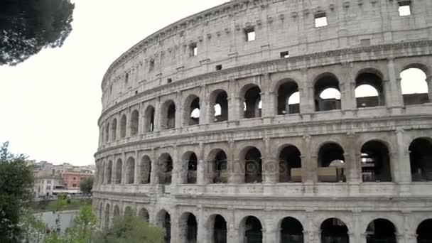 Colosseo, Roma, Italia. Roman Coliseum in giornata estiva con cielo blu. Bellissima vista del famoso punto di riferimento italiano viaggi icona nel foro romano