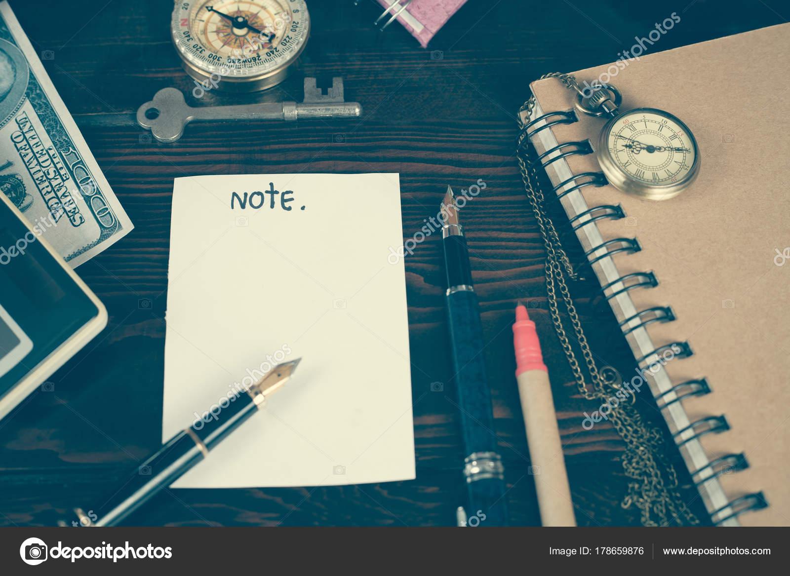 木のテーブルに紙メモとビジネス ツール ストック写真 amnarj20066
