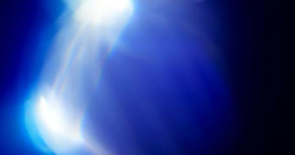 Blaulicht auf schwarzem Hintergrund. Überlagerung. Übergang