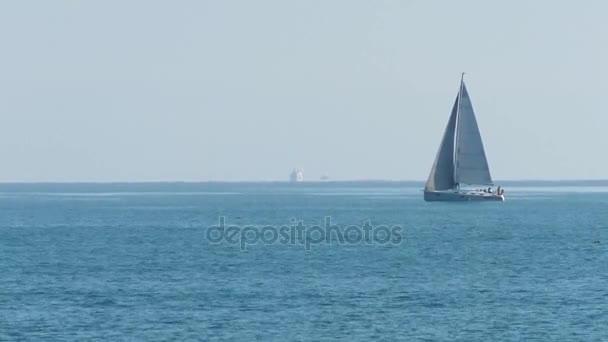 A nyugodt kék tenger vitorlázás