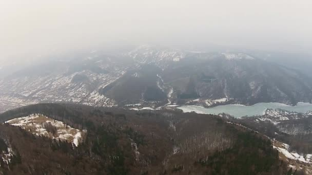 Zamlžené hory a zamrzlé jezero, letecké přeletět