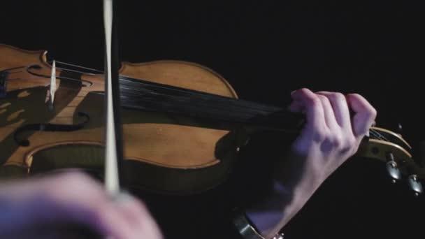 Zenész, aki hegedűn játszik. Klasszikus előadás egy színházban. Szimfonikus zenekari koncert.