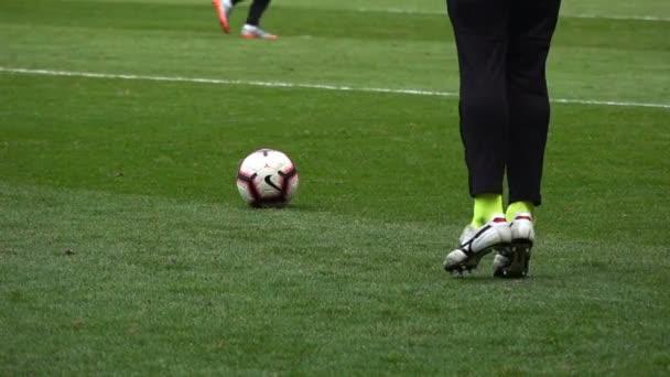 Fotbalista kopne míč, Zpomalený pohyb