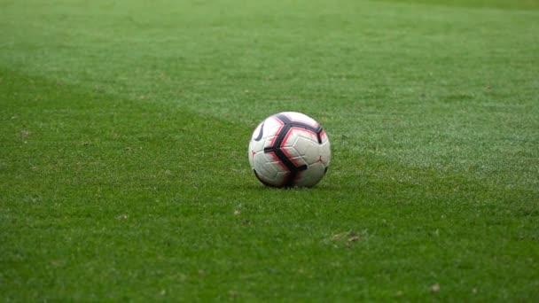 Detailní záběr Fotbalista kopne míč, Zpomalený pohyb