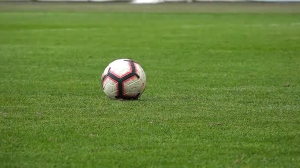 Foci, focista rúgja a labdát, Lassú mozgás