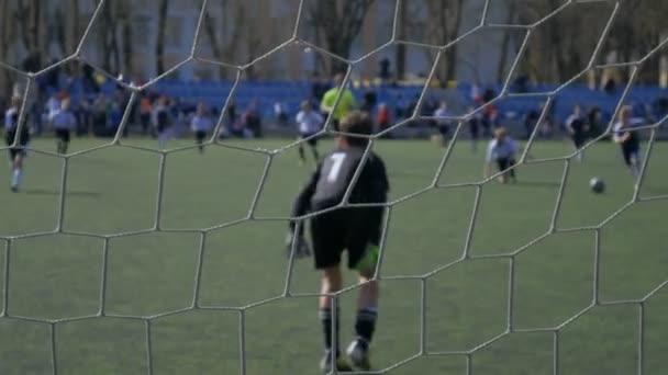 Fotbalový zápas v dětském turnaji, fotbalový zápas, kop na branku