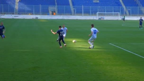 Fußball, Fußballspiel. Fußballprofis halten den Ball auf dem Fußballplatz