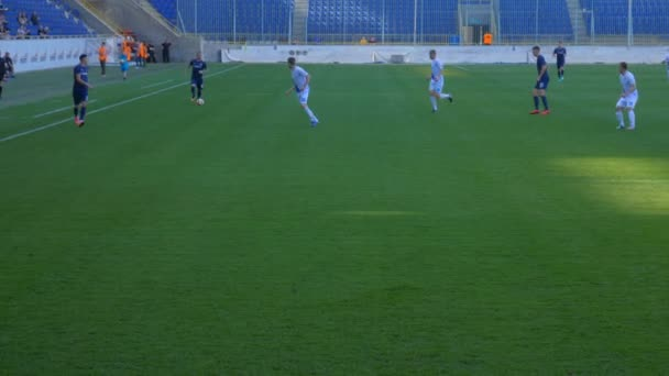 Fotbal. Fotbalisté drží míč