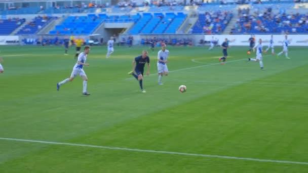 Fotbalisté bojují o míč na fotbalovém hřišti